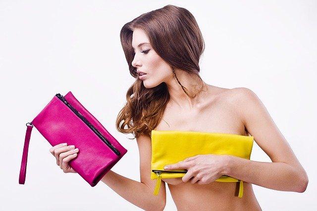žena, žluté a růžové psaníčko