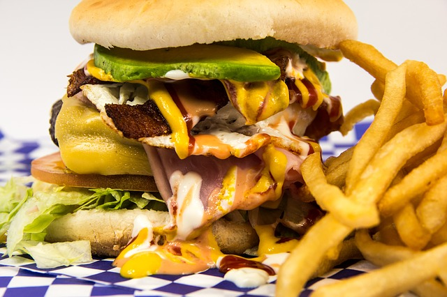 přeplněný hamburger