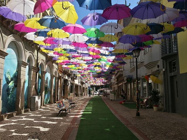 deštníky v uličce