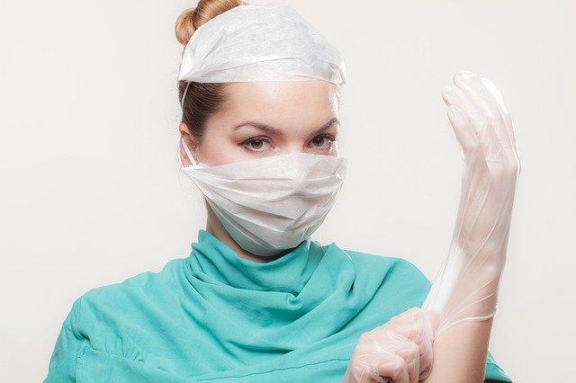 lékařka s rukavicemi