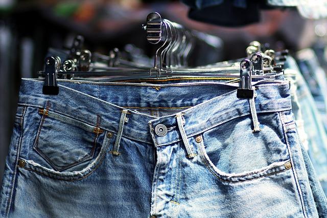 džíny na ramínkách