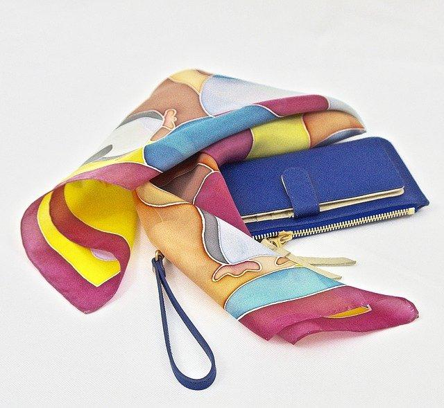 šátek u kabelky