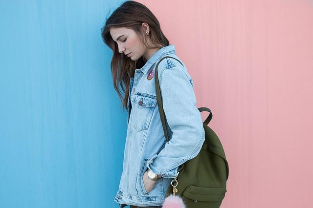 dívka v džínové bundě