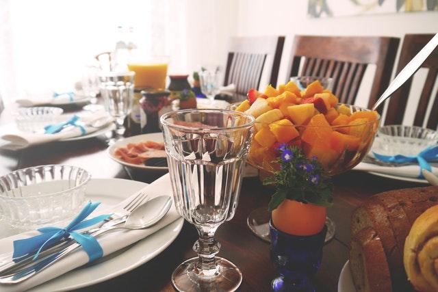 prostřený stůl, mísa s ovocným salátem