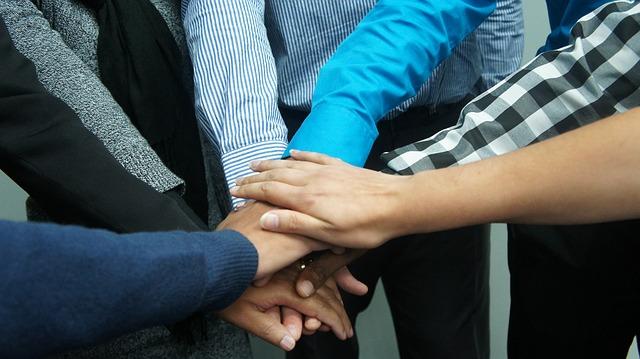 společné spojení rukou