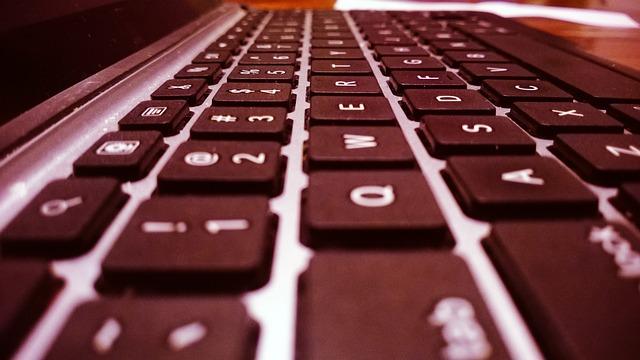 klávesnice z boku
